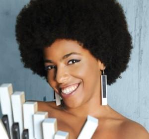 """""""Maíra atua como vocalista, com sua simpatia e humildade, sempre sorridente com seus dentes que parecem teclas brancas de um piano."""""""