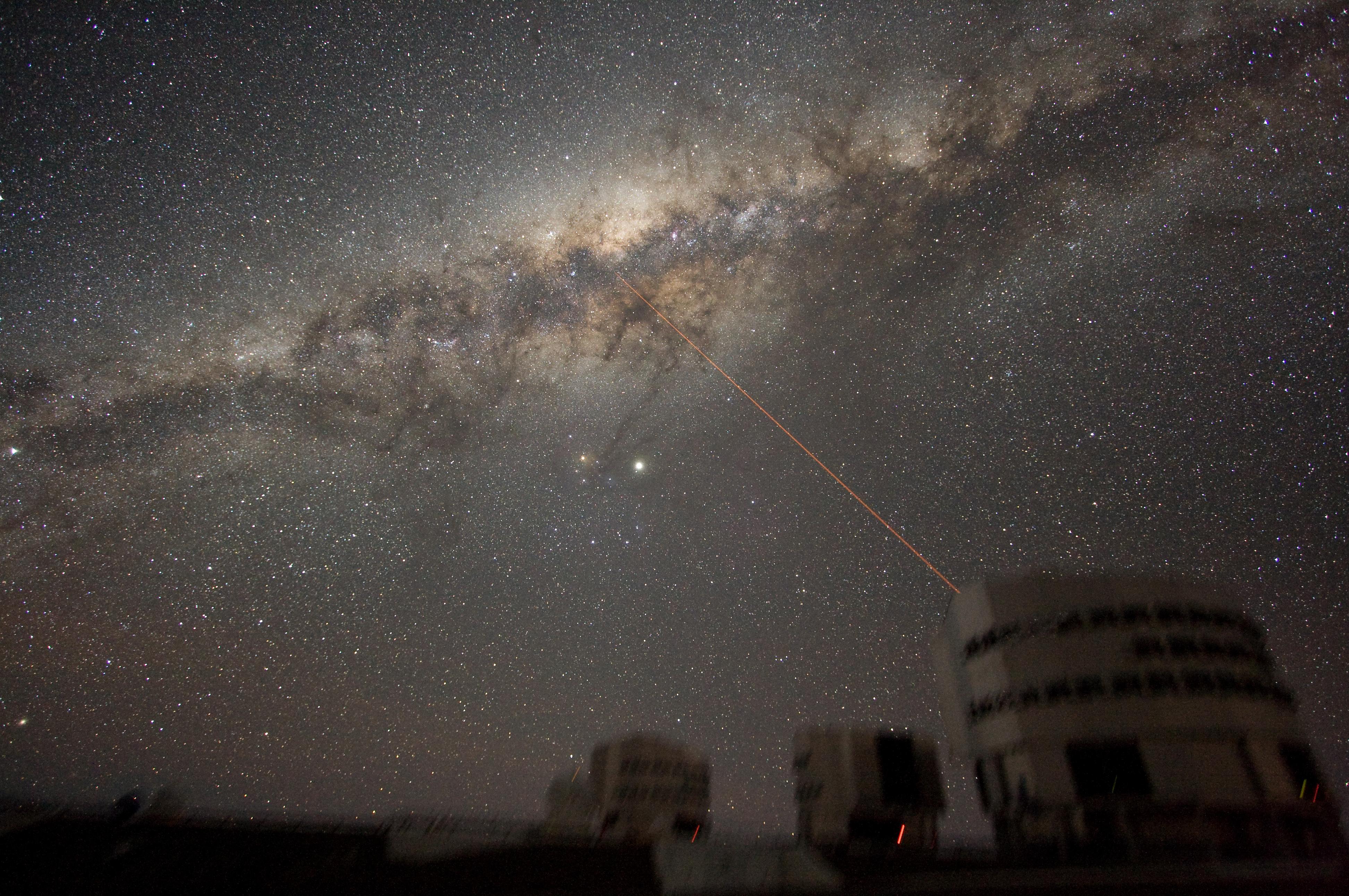 Imagem da Via Láctea no céu noturno em deserto do Chile, em 21 de julho de 2007, fotografado pelo astrônomo Yuri Beletsky do Observatório Europeu do Sul ou Observatório Paranal (disponível via Wikimedia).