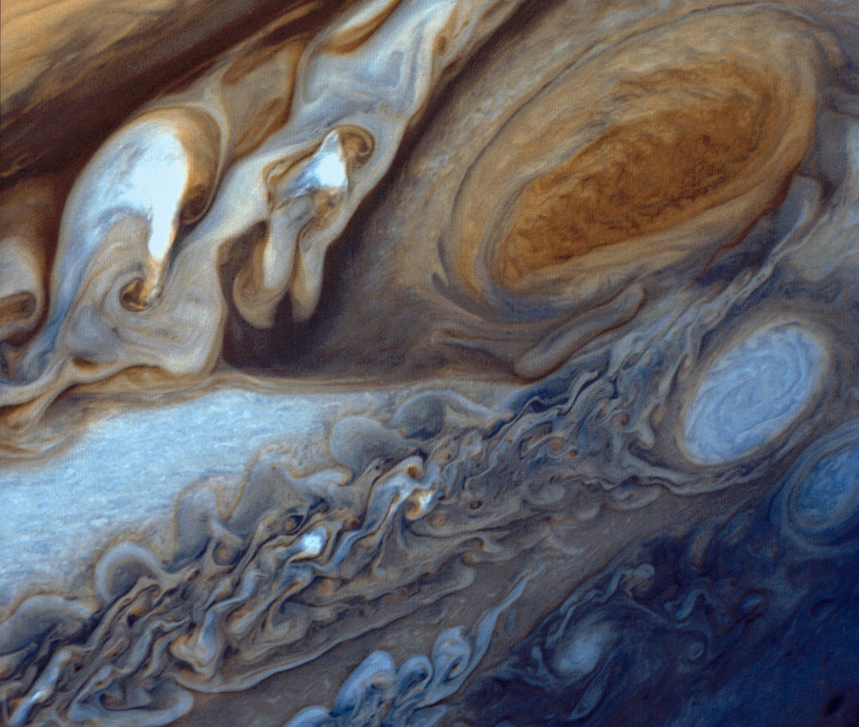 """""""A Grande Mancha Vermelha"""" em Júpiter é 3,5 vezes maior que a Terra e consiste de uma tempestade anticiclônica que ocorre há centenas de anos (imagem reprocessada a partir de três fotografias originais da sonda Voyager 1 (tiradas entre janeiro e fevereiro de 1979, NASA)."""